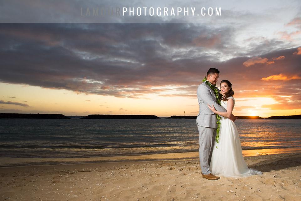 Bride and Groom sunset photo on wedding in Waikiki Hawaii